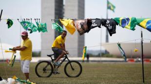 Camisetas representando al candidato presidencial de ultraderecha, Jair Bolsonaro, ondean al frente del Congreso nacional en Brasilia, Brasil, el 6 de octubre de 2018.