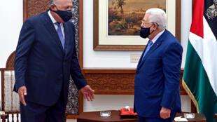 الرئيس الفلسطيني محمود عباس مستقبلا وزير الخارجية المصري سامح شكري في رام الله في 20 تموز/يوليو 2020