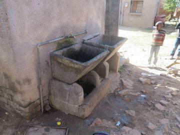 La famille Mahlangu partage ce point d'eau avec 15 autres familles pour se laver, boire et cuisiner.