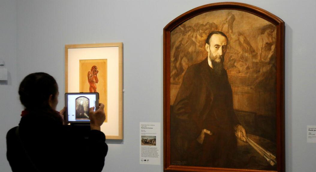 """Una visitante toma una fotografía de la pintura """"Retrato de Cormon, 1910"""" durante una visita de prensa a la exposición """"Toulouse-Lautrec Resolument moderne"""", del artista francés Henri de Toulouse-Lautrec (1864-1901) quien retrató personajes de los cafés, burdeles y caba"""