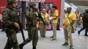 Des soldats brésiliens patrouillent à l'aéroport international de Rio.