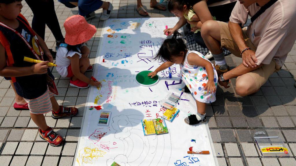 """Miembros de la familia participan en una manifestación de protesta titulada """"Proteger el futuro de nuestros hijos"""" en Edinburgh Place en Hong Kong , China, 10 de agosto de 2019."""