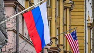 علم روسيا مرفوع إلى جانب علم أميركي فوق مبنى السفارة الأميركية في موسكو في 18 آذار/مارس 2021