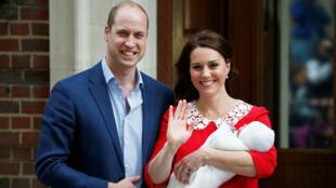 El príncipe Guillermo de Inglaterra y su esposa Catherine, duquesa de Cambridge, junto con sus dos primeros hijos.