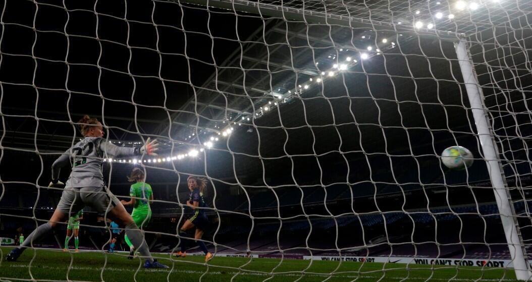 La jugadora del Olympique de Lyon, Sara Bjork Gunnarsdóttir (d), marca el tercer gol ante el Wolfsburgo durante la final de la Champions League Femenina de Europa, en el estadio Reale Arena, en San Sebastián, España, el 30 de agosto de 2020.