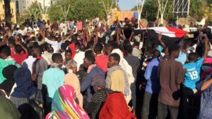 Protestas a las afueras de la casa del presidente Omar Al-Bashir para pedir su renuncia. Jartum, 7 de abril de 2019