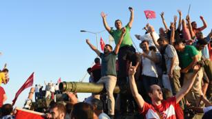 مظاهرة مؤيدة للرئيس التركي الأحد 17/07/2006 بأنقرة