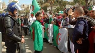 متظاهرون جزائريون في العاصمة، في 8 مارس/آذار 2019.