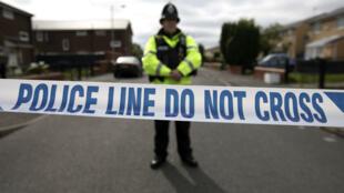 Un policier en faction à Manchester, où un attentat-suicide a fait 22 morts lundi 23 mai.