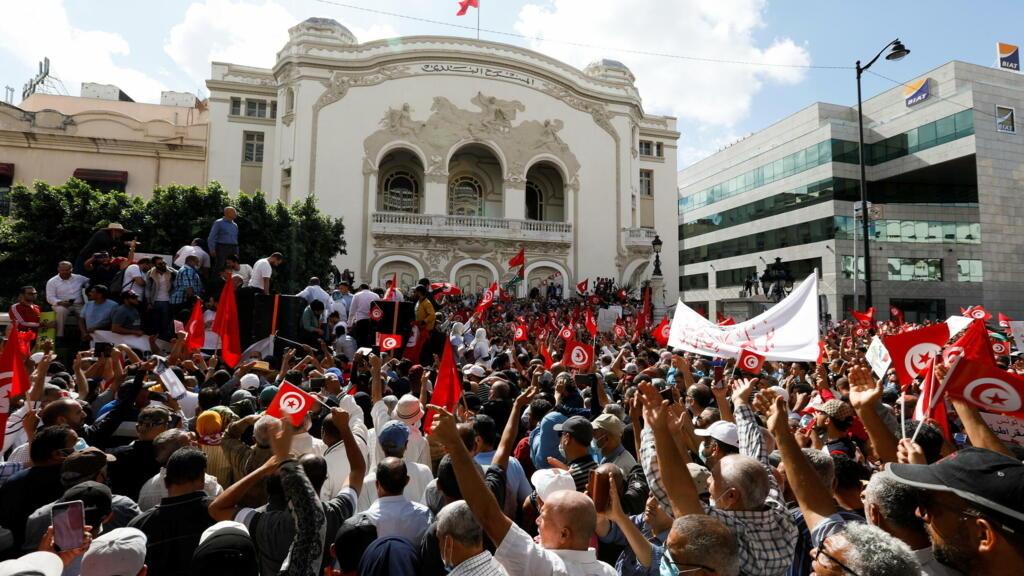 تونس: مظاهرة ضمت حوالي 5 آلاف شخص احتجاجا على قرارات قيس سعيّد thumbnail