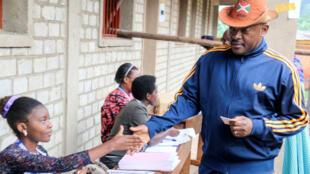 El presidente de Burundi, Pierre Nkurunziza, logró que su propuesta para la reforma constitucional fuese aprobada por más del 70% de la población. Mayo 17 de 2018.