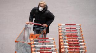 Une femme portant un masque FFP2 pour aller faire ses courses dans un supermarché le 25 janvier 2021 à Vienne
