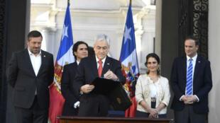 El presidente de Chile, Sebastián Piñera, durante una rueda de prensa, mientras firmaba el proyecto de ley que establece un ingreso mínimo para los trabajadores, en el Palacio de La Moneda, en Santiago de Chile, Chile, el 6 de noviembre de 2019.
