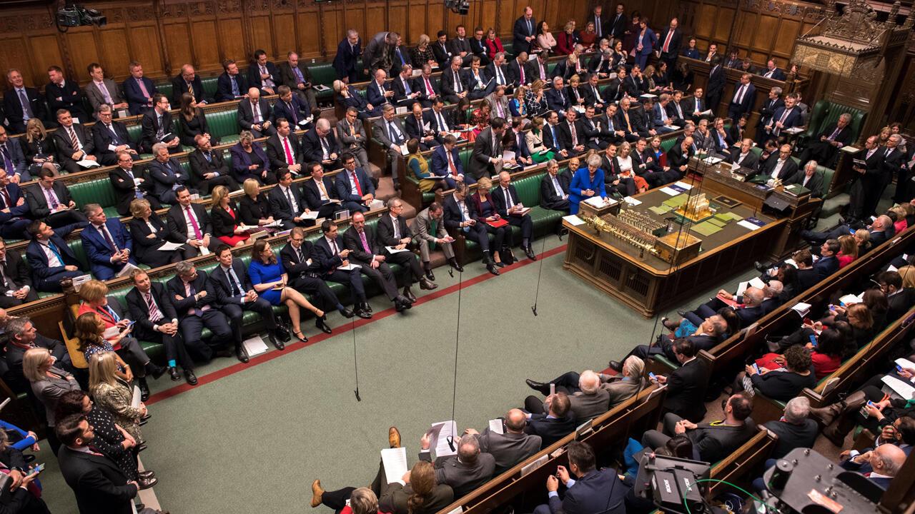 Una fotografía publicada por el Parlamento del Reino Unido muestra a la primera ministra británica Theresa May asistiendo a las 'Preguntas semanales al primer ministro' en la Cámara de los Comunes, en Londres, el 19 de diciembre de 2018.