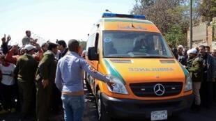 عربة إسعاف في القاهرة في 15 آذار/مارس 2014