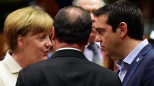 رئيس الوزراء اليوناني ألكسيس تسيبراس مع أنغيلا ميركل وهولاند 13/07/2015