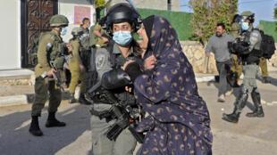 امرأة تصرخ لدى قيام الجيش الإسرائيلي بهدم منزل الفلسطيني محمد كبها المتهم بقتل المستوطنة الفرنسية الإسرائيلية إستر هورغن في قرية طورة الغربية بالضفة الغربية بالقرب من جنين، في 10 شباط/فبراير 2021