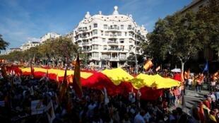 Les partisans de l'unité de l'Espagne ont défilé le 27octobre2019 à Barcelone, au lendemain d'une manifestation des indépendantistes.