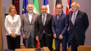 Le ministre iranien des affaires étrangères, Mohammad Javad Zarif, et ses homologues européens réunis à Bruxelles, le 15 mai.