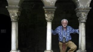 Le photographe Lucien Clergue pose à l'Abbaye de Montmajour à Arles le 6 juillet 2004