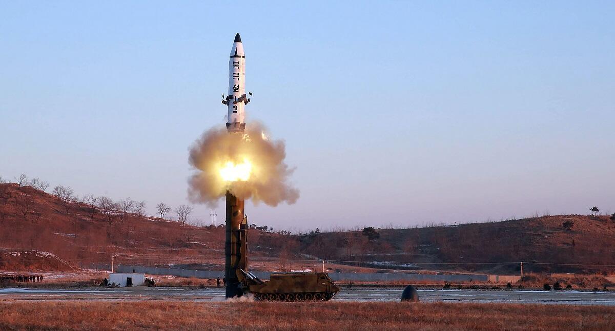 Photo diffusée par la Corée du Nord montrant le lancement d'un missile balistique. Image diffusée le 12 février 2017.