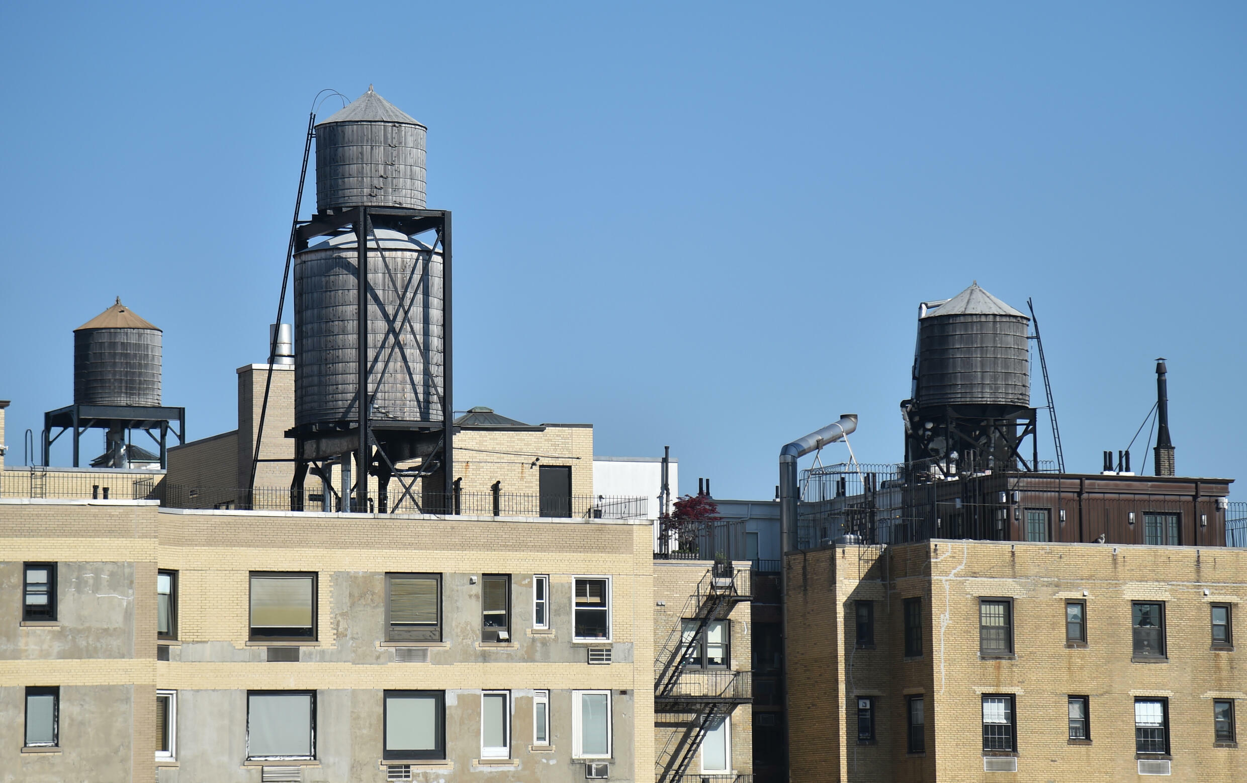 Water tanks on the roofs of buildings in New York in May 2018