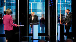 Les candidats au poste de Premier ministre britannique Boris Johnson et Jeremy Hunt lors d'un débat télévisé à Salford, le 9 juillet 2019.