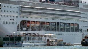 El crucero MSC Opera pierde el control y se estrella contra un barco turístico más pequeño en el muelle de San Basilio en Venecia, Italia. 2 de junio de 2019.
