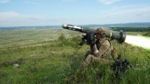 Un soldat américain tire un missile antichar de type Javelin lors d'un exercice près de Várpalota, en Hongrie, le 5juin2019.