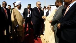 الرئيس السوداني عمر البشير يستقبل الرئيس التركي رجب طيب أردوغان لدى وصوله للخرطوم 24 ديسمبر 2017