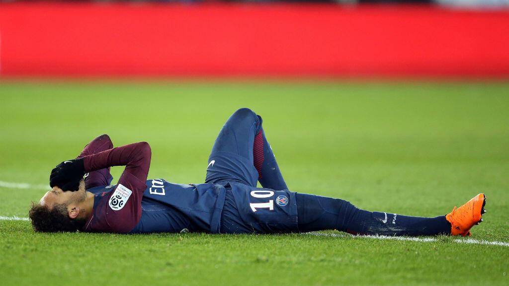 Neymar Jr. sufrió un esguince en su tobillo derecho y una fisura del quinto metatarsiano del mismo pie durante el partido París Saint-Germain v.s. Olympique de Marsella, disputado el domingo 25 de febrero de 2018.