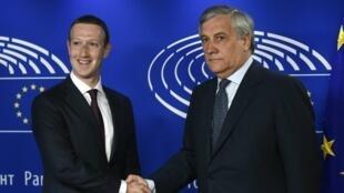 El CEO de Facebook, Mark Zuckerberg, estrecha la mano del presidente del Parlamento Europeo, Antonio Tajani, el 22 de mayo de 2018 en Bruselas.