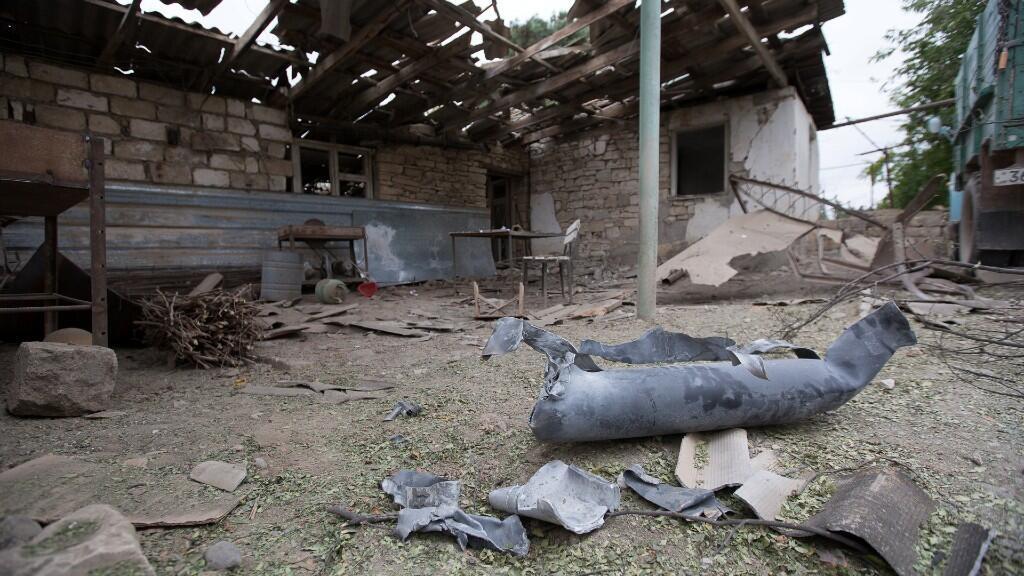 Una casa, que según los lugareños resultó dañada durante un reciente bombardeo de las fuerzas azeríes, se muestra en la ciudad de Martuni, en la región separatista de Nagorno-Karabaj, el 1 de octubre de 2020.