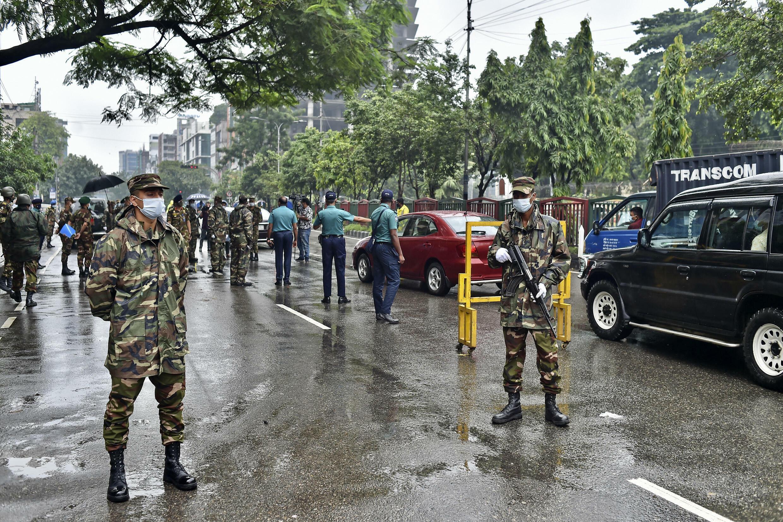 L'armée bangladaise à un poste de contrôle pendant le couvre-feux imposé pour contenir la propagation du Covid-19, à Dhaka, au Bangladesh, le 4 juillet 2021.