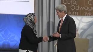 لطيفة بن زياتن تصافح وزير الخارجية الأمريكي جون كيري
