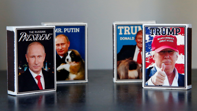 Cajas de cerillas con imágenes de Donald Trump y Vladimir Putin en venta en Helsinki, Finlandia, el 14 de julio 2018.