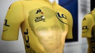 """Maillot jaune du Tour de France avec un portrait de l'ancien champion Bernard Hinault lors de sa présentation sur le site de production de la marque """"Le coq sportif"""", le 14 mai 2019 à Romilly-sur-Seine"""