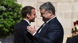 Emmanuel Macron recevant son homologue ukrainien Petro Porochenko, le 26 juin, à l'Élysée.
