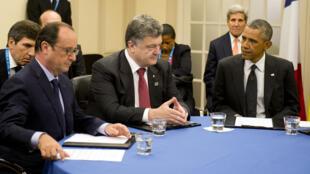 François Hollande, à gauche, avec Petro Porochenko et Barack Obama, au sommet de l'Otan à Newport (Royaume-Uni).