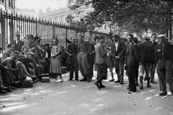 Des réservistes et leurs familles patientent avant d'être enregistrés lors de la mobilisation, le 2 septembre 1939, à Paris