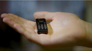 """le tiny t1, """"le plus petit téléphone mobile au monde"""""""