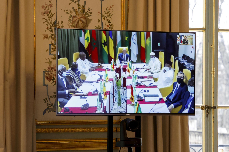 Los líderes del G5 del Sahel aparecen en una pantalla durante una reunión por videoconferencia con el presidente francés Emmanuel Macron.