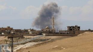 تصاعد الدخان جراء غارة جوية على خان شيخون في إدلب في 8 أيلول/سبتمبر 2018.