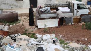 Varios sirios mientras se preparaban para abandonar la aldea de Rabaa Jour, en la provincia siria de Idlib, el 6 de mayo de 2019, luego de bombardeos en el área.
