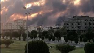 L'incendie d'une installation pétrolière à Abqaiq, en Arabie Saoudite, dégage des fumées, le 14septembre2019(image diffusée sur les réseaux sociaux).