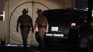 Dos patrulleros del estado de Texas pasan frente a una tienda aledaña a la iglesia bautista donde tuvo lugar un tiroteo masivo en Sutherland Springs, Texas, Estados Unidos.