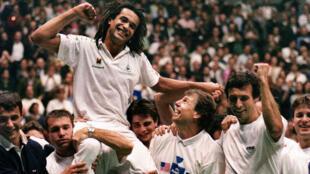 Yannick Noah est porté en triomphe après la victoire de la France, en 1991.
