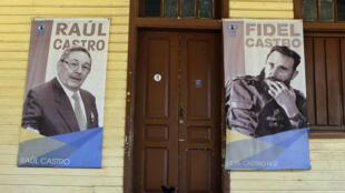Vista de carteles con los líderes históricos de la revolución, Fidel y Raúl Castro, en el portal de un centro laboral, en Santiago de Cuba, Cuba, el 8 de julio de 2018.