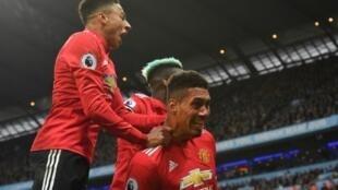 لاعبو مانشستر يونايتد يحتفلون بالهدف الثالث في مرمى مانشستر سيتي (3-2) في الدوري الإنكليزي في كرة القدم في 7 نيسان/أبريل 2018