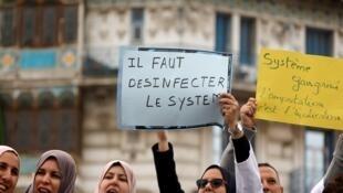 """جزائريات يطالبن بـ""""تطهير النظام الجزائري"""" في إشارة للحكومة الحالية، 19 مارس آذار، الجزائر العاصمة"""